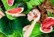 femeie-cu-pepene-rosu-in-mana-680x420