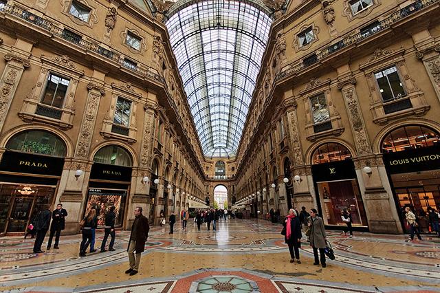 Shopping-in-Milan-at-Gallerie-Vittorio-Emanuele-II