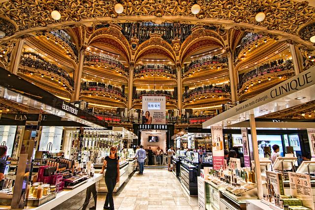 The flagship store of Galeries Lafayette in Paris is a 10-story department store. It is located at 40, boulevard Haussmann, in the IXe arrondissement. -  Le magasin phare des Galeries Lafayette ˆ Paris est un magasin de 10 Žtages dŽpartement. Il est situŽ au 40, boulevard Haussmann, dans l'arrondissement IXe.
