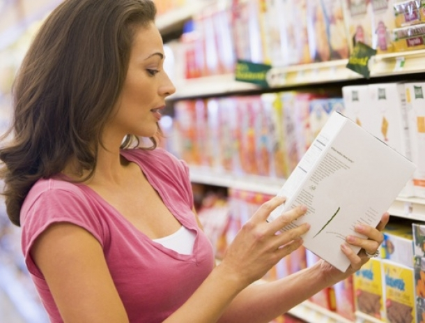 woman_reading_nutrition_label_44706100